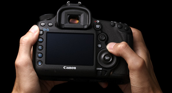 eos-5d-miii-back-hands-2